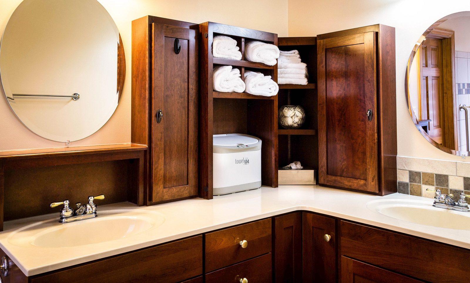 Badezimmer mit Nussbaumholz
