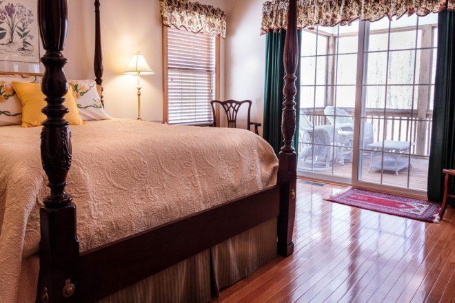 Schlafzimmer mit Holzfußboden