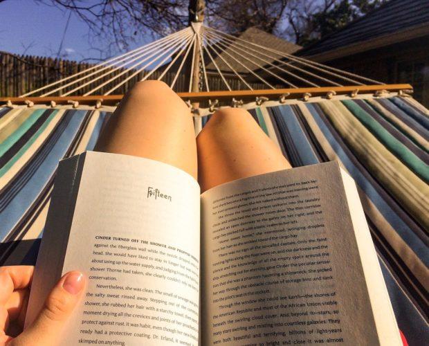 Ein Buch in der Hängematte lesen