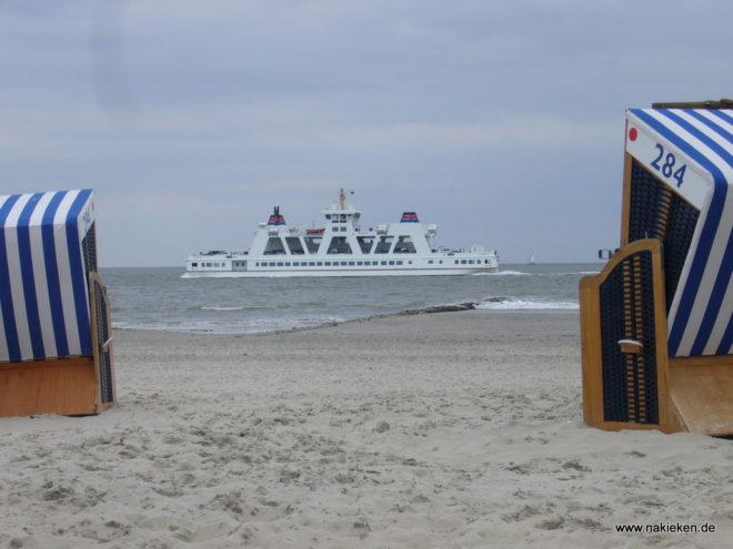 Am Strand von Norderney mit Blick zur Fähre