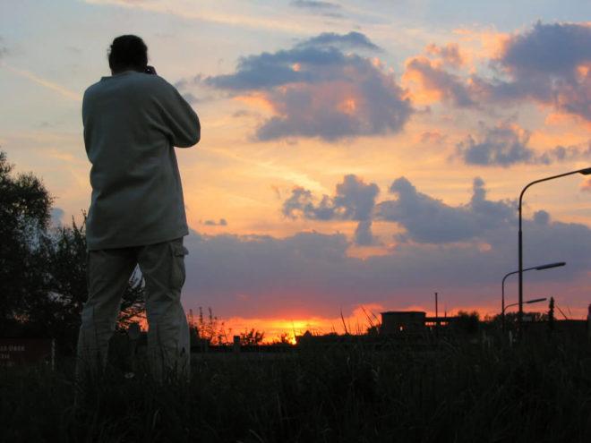 Der Fotograf Harry fotografiert im Sonnenuntergang