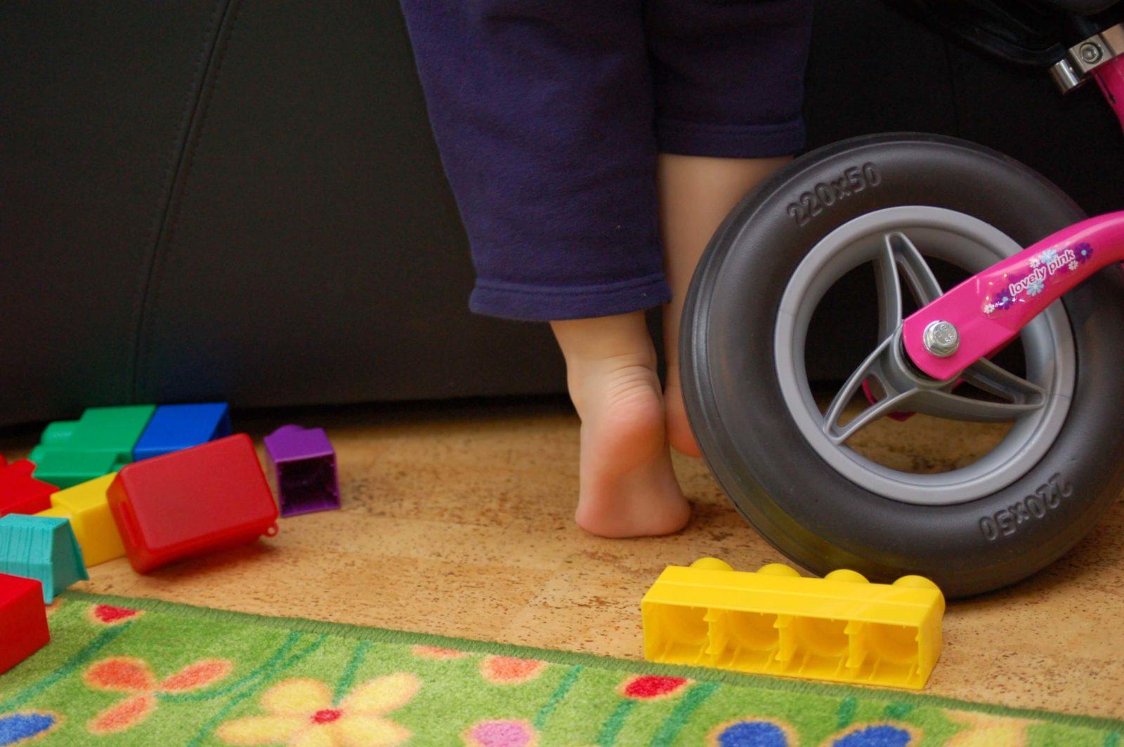 Kinderfuß und Spielzeug