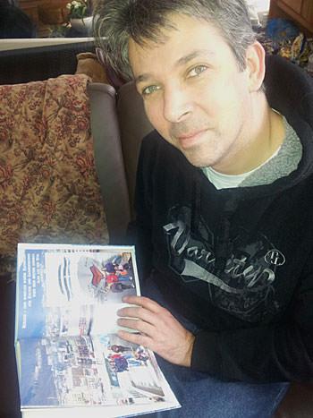 Der Jürgen auf der Couch mit dem AIDA Fotobuch
