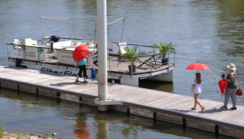 Das Floß am Ufer