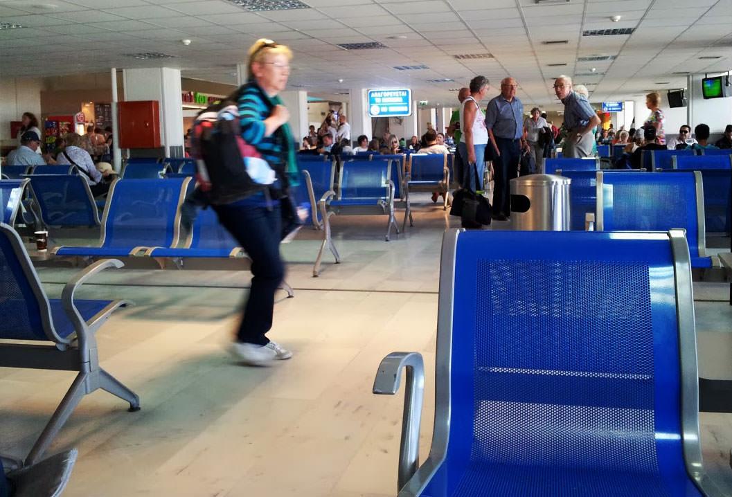 Warten im Flughafen auf Kreta