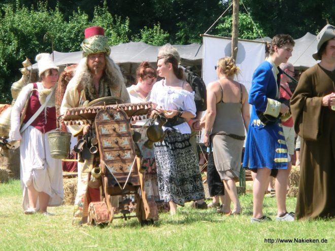 Menschen vor der Bühne auf dem Keltisch Midzomer Festival