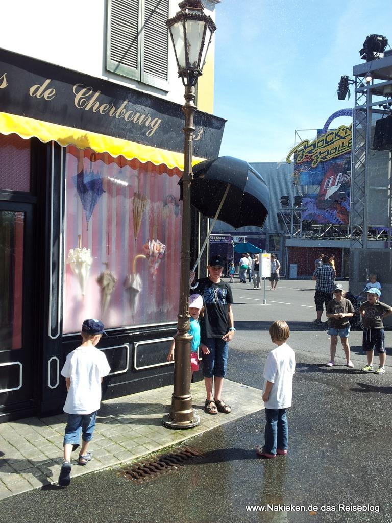 Dauerregen vorm Regenschirmverkäufer in Disneyland