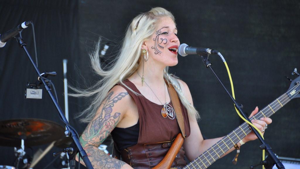 Sängerin von The Dolmen