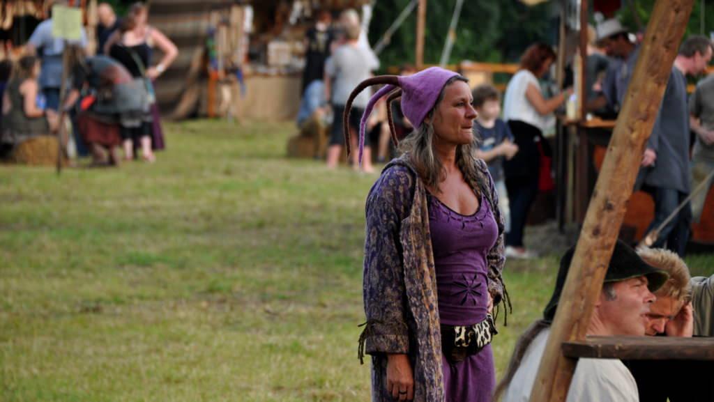 Frau im mittelalterlichen Kostüm