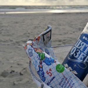 Müll sammeln am Meer