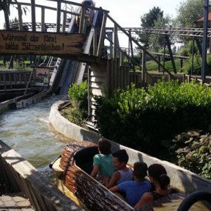 Wildwasserbahn (Viel Spaß im Atomkraftwerk Themenpark … komplett mit einem Karussell in einem Kühlturm)
