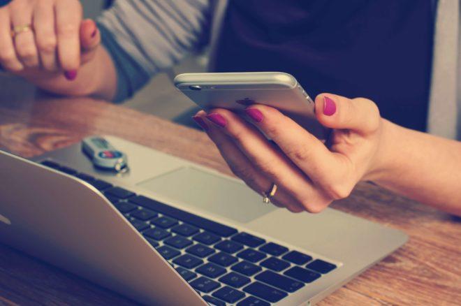 Am Handy und Notebook zugleich