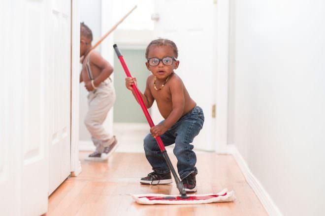 Wenn Jungs den Fussboden reinigen