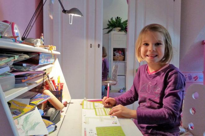 Kind am Schreibtisch