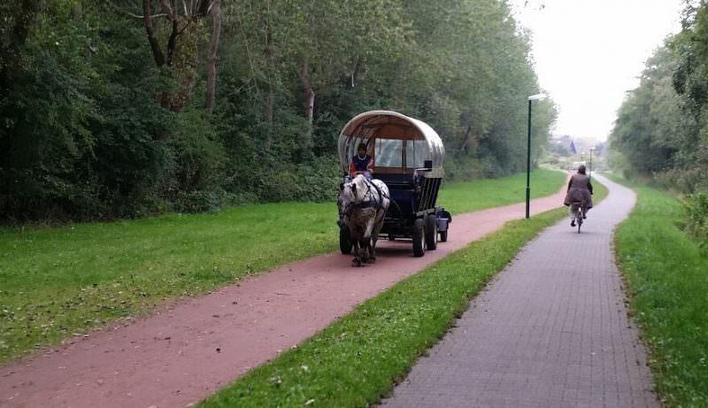 Kutsche oder Fahrrad, das ist die Verbindung von Stadt zum Hafen