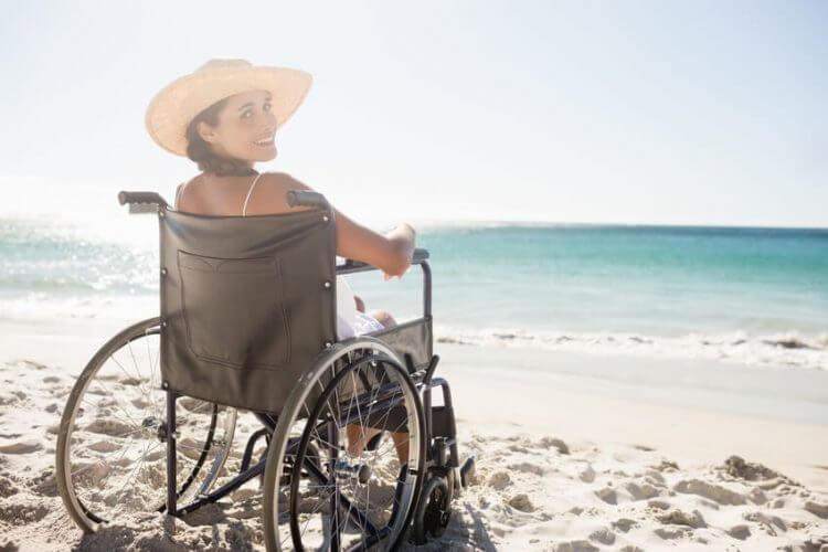 Frau im Rollstuhl am Stand