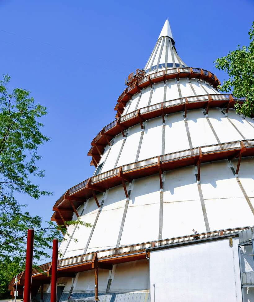 Das Gebäude des Jahrtausendturms in Magdeburg