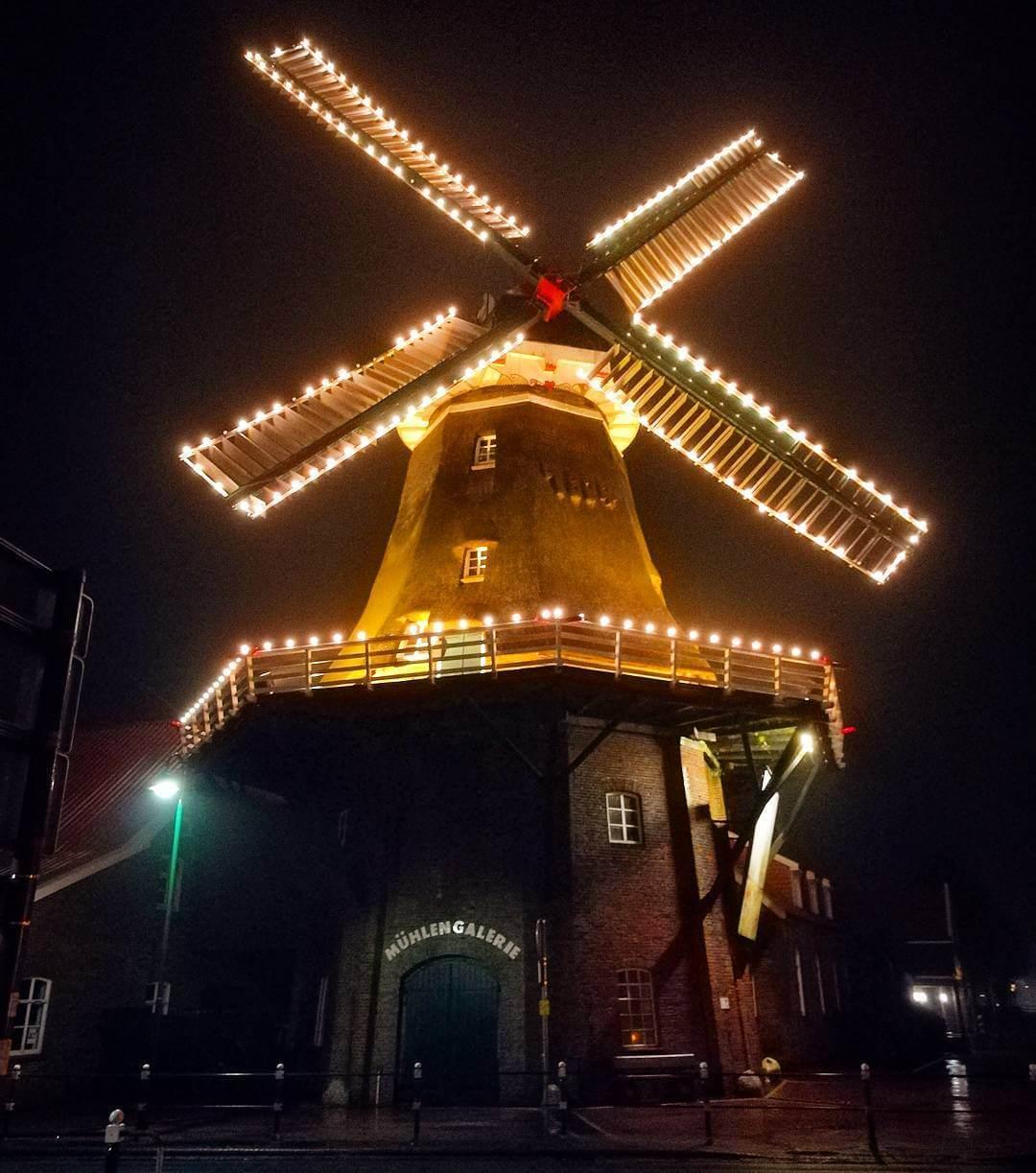 Leuchtende Windmühle in Ostgroßefehn