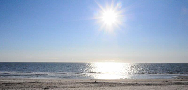 Blick auf einen Strand auf der Insel