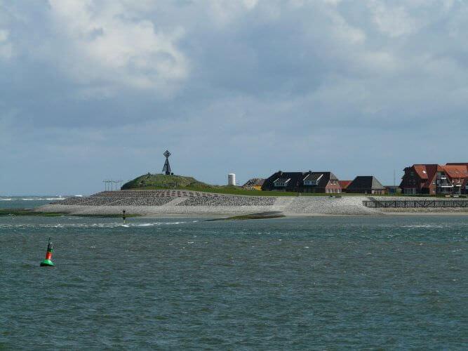 Die Nordseeinsel Baltrum, unverkennbar von der Fähre aus gesehen.
