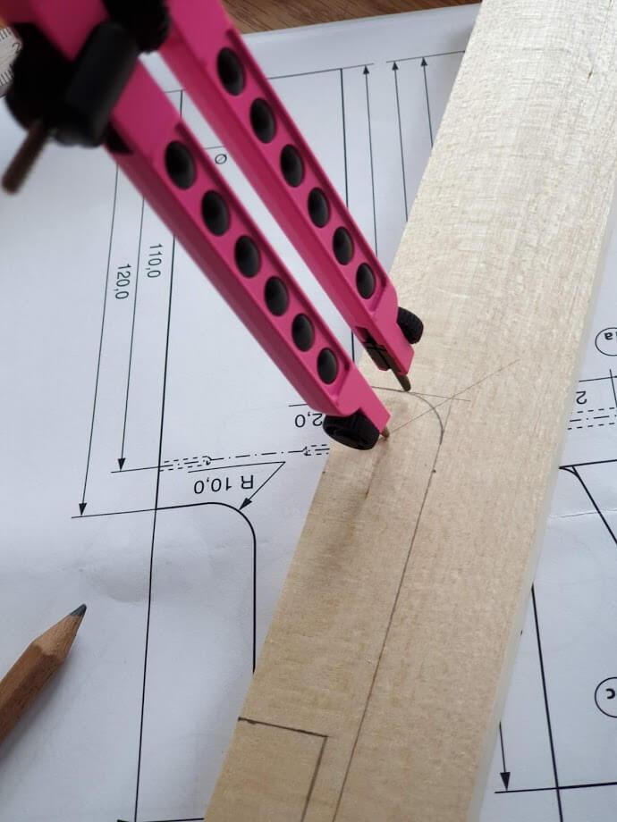 Rundungen mit Zirkel ins Holz einzeichnen