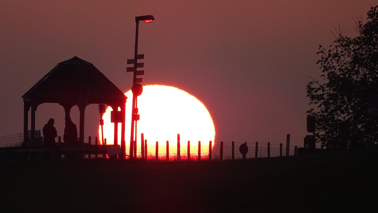 Sonnenaufgang in einer verträumten Stadt