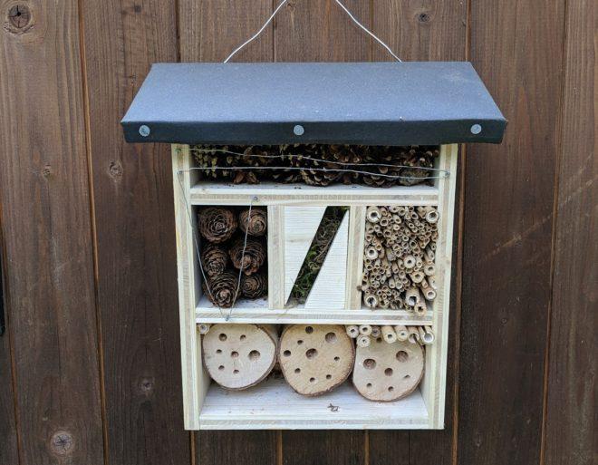 Fertiges Insektenhotel an unserer Schuppenwand
