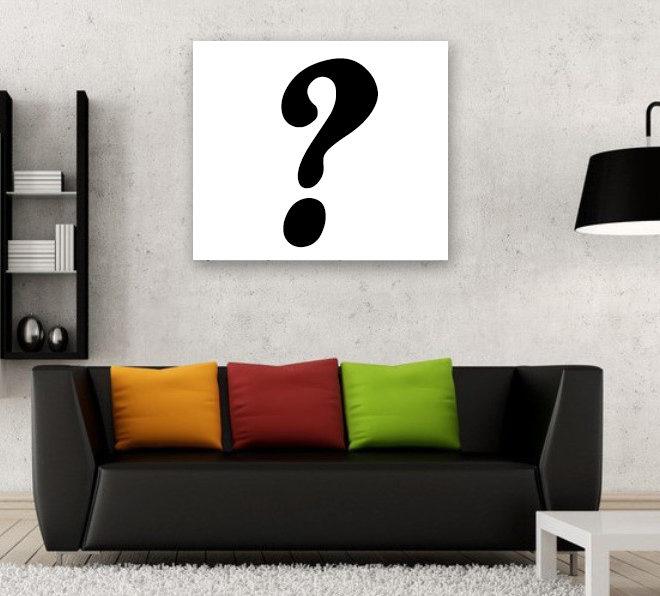 Fragezeichen an der Wohnzimmerwand