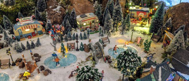 Romantischer Campingplatz in der Weihnachtsdekoration