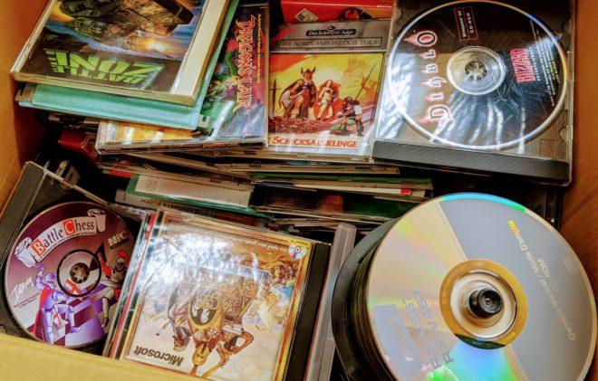 Ein Umzugskarton mit alten CD-Roms