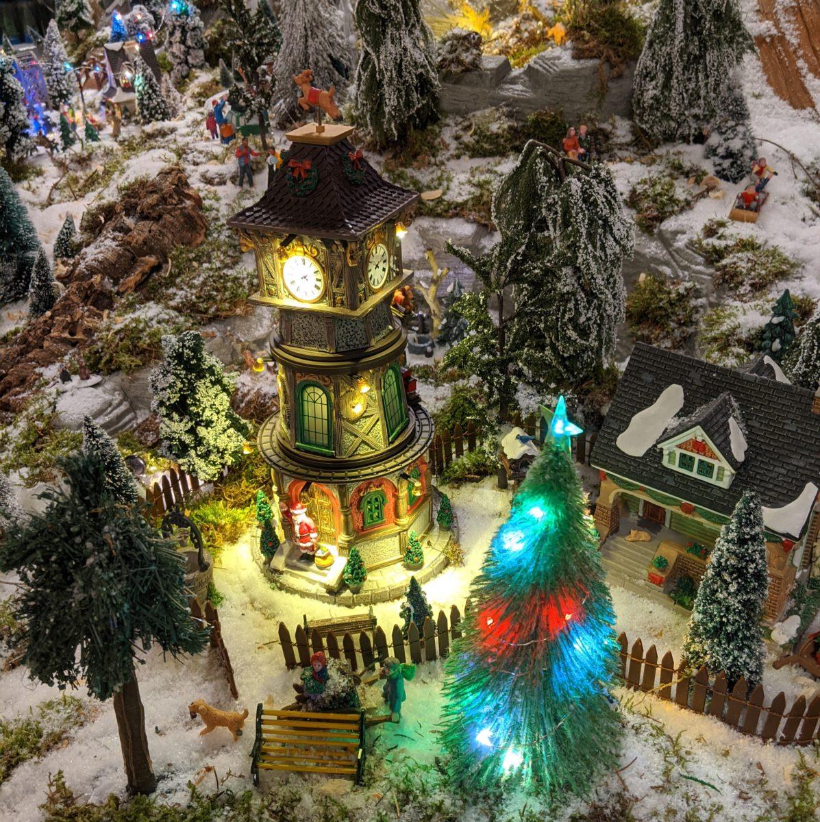 Eine Turmuhr in der Weihnachtszeit