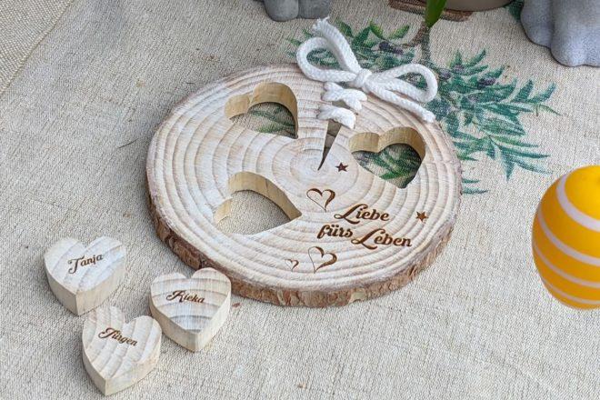 Die fertig gekälkte Baumscheibe mit Herzen und Schleife
