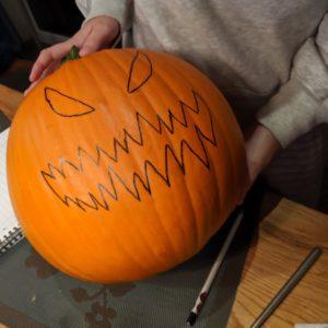 Das fertig aufgemalte Gesicht (So schnitzt ihr zu Halloween einen echten Gruselkürbis)