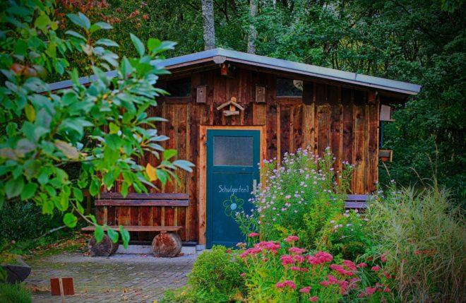 Kinderholzhaus mit Garten