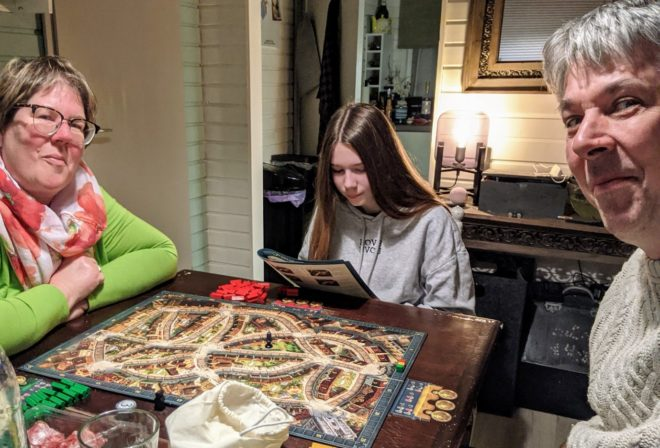 Zusammen ein Brettspiel spielen