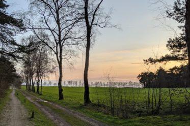 Rad- und Wanderweg im Sonnenuntergang