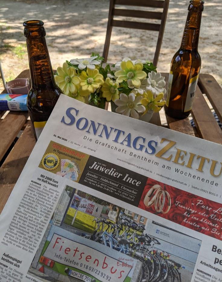 Sonntagszeitung auf der Terrasse