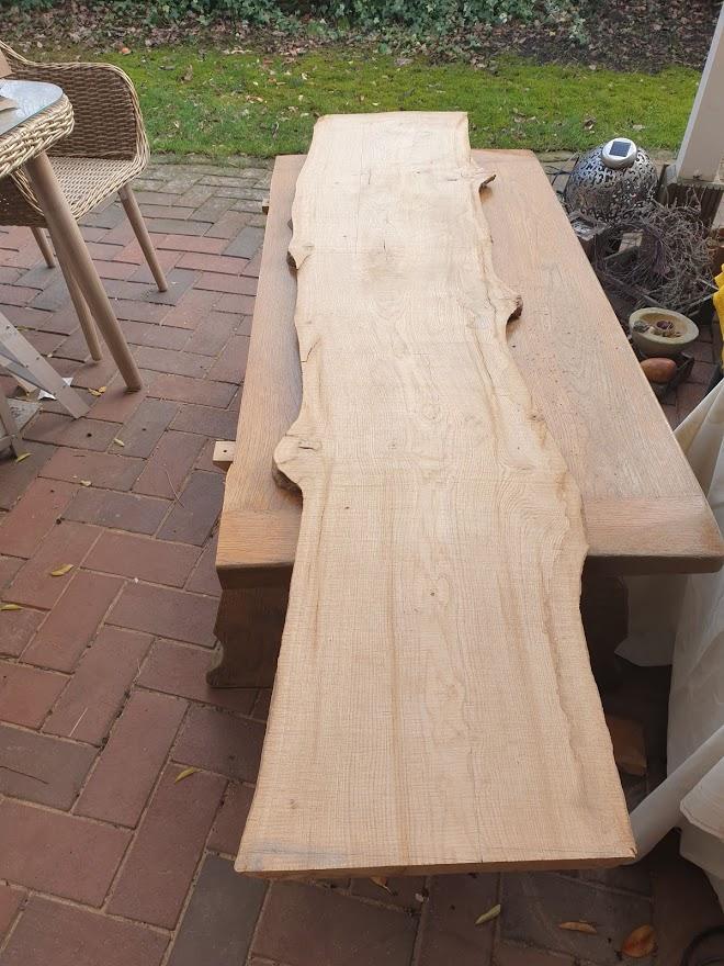 Holzbalken mit Baumkante